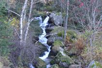Bonito salto de agua del río de Perafita.