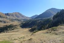 Vistas hacia el SE: al fondo el Tossal de la Truita o pico de Perafita (2.752m), el collado de Claror y el Monturull (2.759m).