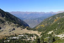 Vistas del valle de Perafita, la zona de Engordany (fondo de valle) y las montañas de la parroquia de la Massana.