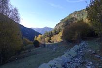 Bajamos por el margen derecho (N) del valle de Madriu.