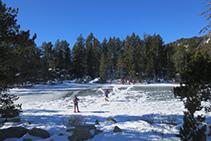 """Lago del Orri (""""Estany de l´Orri""""). Un grupo de excursionistas se atreven a cruzarlo por encima del hielo."""