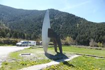 Gran escultura en la entrada de la zona de picnic de la Font de la Closa.