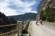 Ciclistas en el camino de las Pardines.