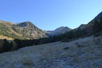 Avanzamos por un sendero de montaña.