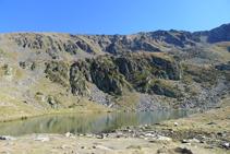 Lago del Estanyó y el circo de montañas que lo rodean.