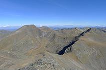 Cresta que une el pico del Estanyó con el pico de la Cabaneta (2.863m), el collado dels Meners y el pico de la Serrera (2.913m).