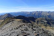 La cresta de la sierra del Estanyó (2.749m).