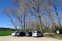 Al inicio de la ruta encontramos una zona de aparcamiento donde podemos estacionar los vehículos.