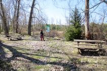 Zona equipada con dos bancos de madera.