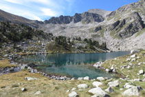 Bordeamos el lago Gémena de Dalt por el S.