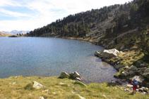 Bordeamos por la orilla O el lago Gémena de Baix, por un terreno de aventura e irregular.