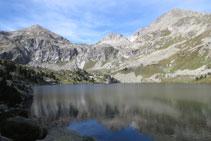 Vistas al N con los picos que cierran el valle por su parte superior.
