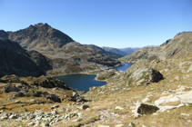 Vistas de los lagos de Juclar y el pico de Siscaró desde el collado de Juclar.