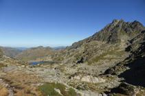 Lago Negro de Juclar y pico de Rulhe desde el collado de Juclar.