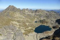 Impresionantes vistas del lago del Alba y del sector de Rulhe desde muy cerca del pico de Noé.