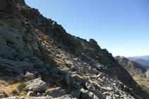 Superando el último tramo del pendiente pedregosos antes de la cresta.
