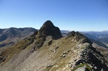 El pico de Escobes y el flanqueo por la vertiente francesa (O).