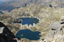 Los lagos de Juclar a los pies de la piràmide del pico de Escobes.