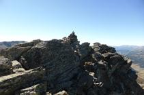 El hito que nos marca la cima del pico de Escobes.
