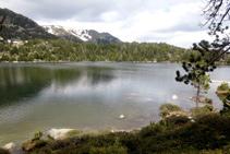 Lago de Malniu, lugar ideal para descansar mientras disfrutamos del hermoso entorno de alta montaña.