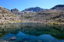 Lago inferior del Pessó, al fondo pico del Pessó y collado de las Mussoles.