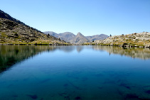 Lago inferior del Pessó, al fondo Tossal de la Mina y Tossal des Raspes Roies.