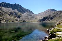 Lago superior del Pessó, al fondo pico del Pessó y pico del Pessó Petit separados por el collado del Pessó.