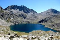 Visión global del magnífico entorno donde se encuentra situado el lago superior del Pessó.
