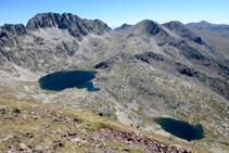 Panorámica de los dos lagos del Pessó desde la cima del Tuc dels Carants (2.791m) (fuera de ruta).