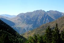Panorámica hacia el NO, donde destaca el pico del Aüt.