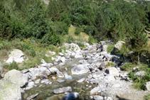 La pista avanza paralela y junto al río Sant Martí.