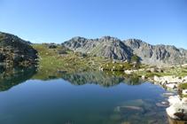 Lago primero de Ensagents y el pico de las Collades Baixes.