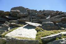 Enormes losas de granito bajando del Alt del Griu.