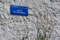 Detalle de una de las indicaciones del camino de Cala Nans.