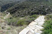 La pista da paso a un camino empedrado.