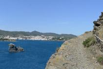 Seguimos avanzando y empezamos a ver el pueblo de Cadaqués a nuestra izquierda (NO).