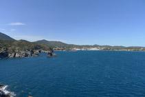 Vistas de Cadaqués desde el faro de Cala Nans. A la izquierda podemos ver los islotes de Es Cucurucuc de Terra y de Es Cucurucuc de Sa Sabolla.