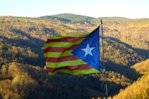 Bandera que hay colgada en el punto más elevado de la Roca.