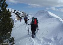 Cuando la nieve es abundante se forman espectaculares cornisas, recomendamos prestar atención.