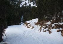 El sendero por el que bajamos atraviesa una pista y continua bajando (en dirección SE).