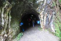 Entramos dentro del túnel.
