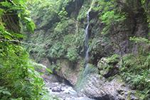 El agua cae por las paredes de la garganta formando hermosas cascadas.