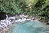 El río frena su avance y se encalma formando balsas de agua cristalina.