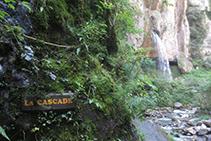 Un letrero nos indica que ya hemos llegado a la cascada de Kakueta, al fondo de la imagen.