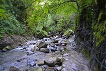 Tramo llano junto al río antes de llegar a la cueva de Kakueta.