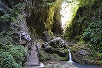 "Llegando a la ""Grotte des Lacs""."