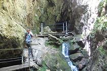 Unas pasarelas nos permiten llegar hasta la entrada de la cueva.