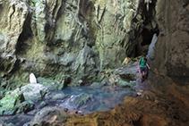 El agua sale de dentro de las rocas formando el río de Kakueta.