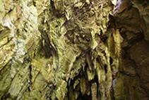Espectaculares formaciones en el interior de la cueva.
