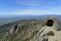 Castillo de Verdera i macizo del Canigó (al fondo).